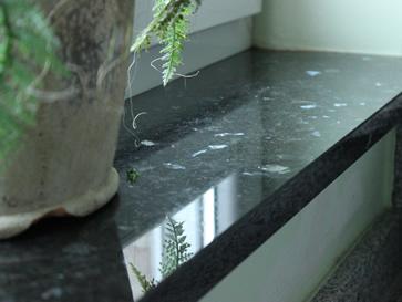 Die Fensterbänke innen aus Naturstein und Kunststein